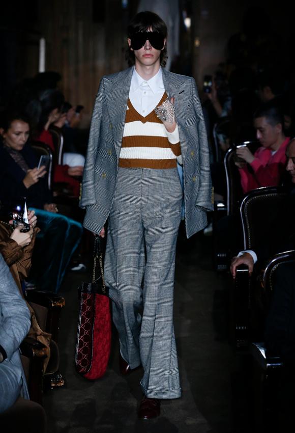 レトロなダブルスーツは、 英国調のグレンチェック柄。
