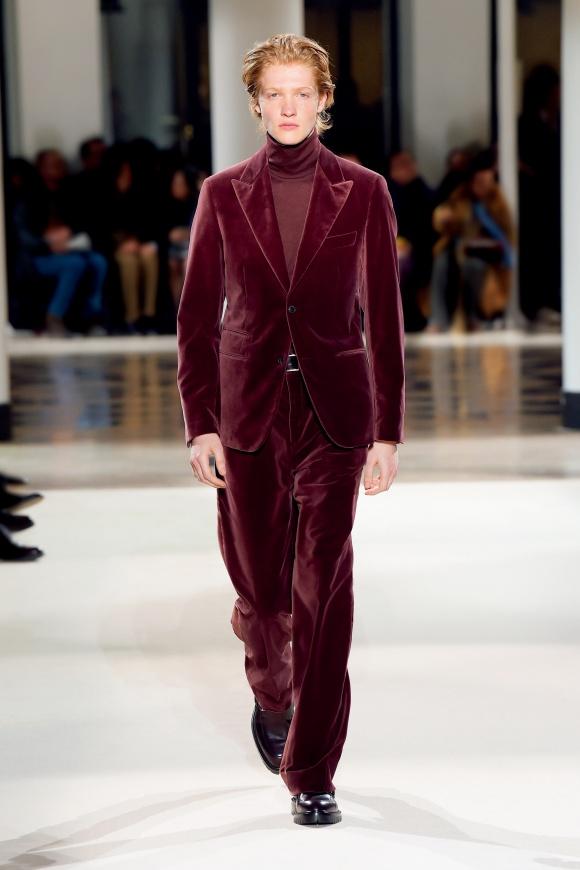 ベルベット素材が、 スーツを新鮮な表情に。