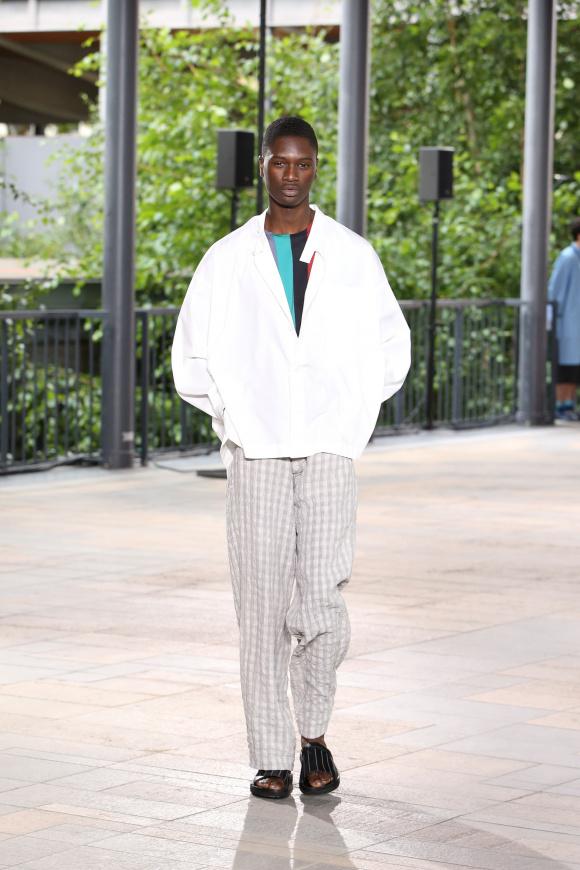 ブルゾンのように羽織る、 ゆったりとした白シャツ