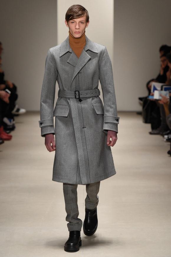 同系色のコートとパンツの、 モダンなセットアップ・ルック