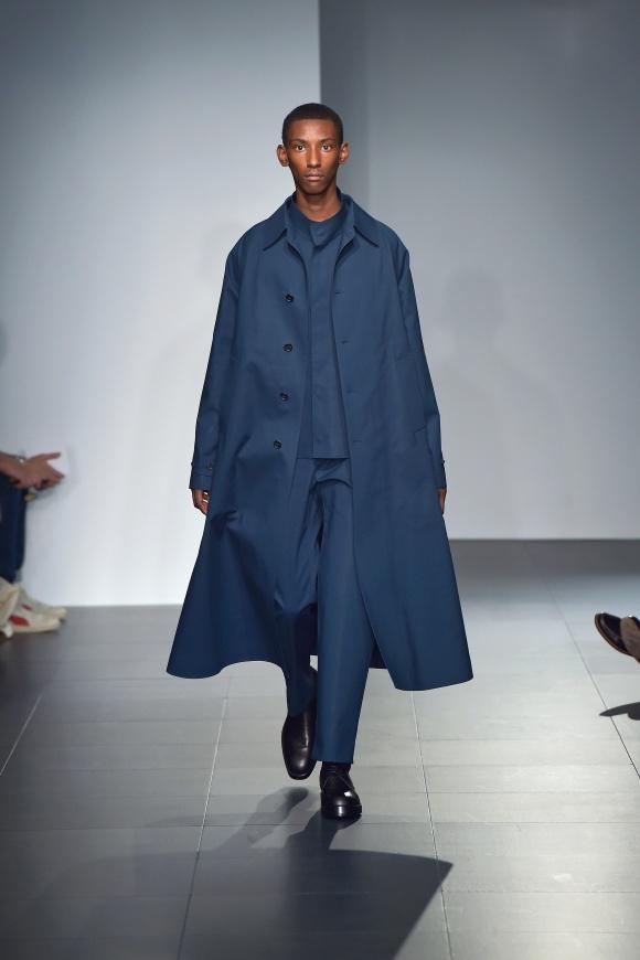 風をはらむロングコートを 1トーンコーデで着こなす