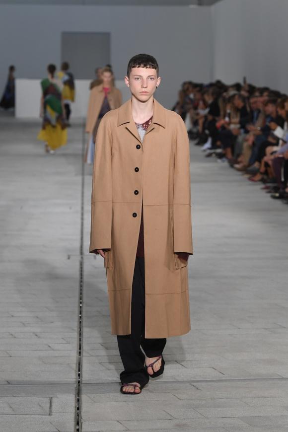 着丈・袖丈ともに長い、 オーバーサイズのコート
