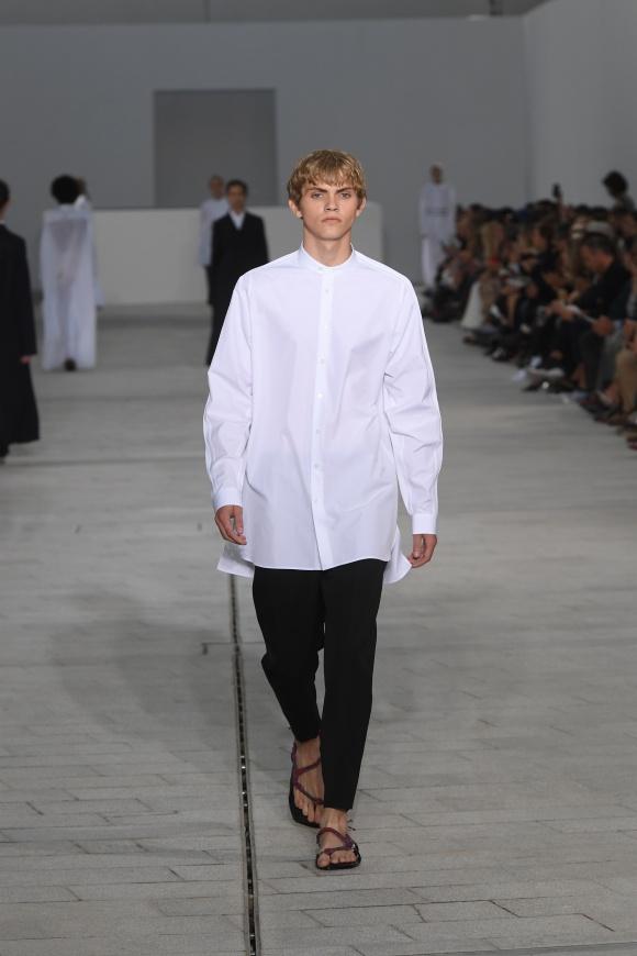 真っ白なコットンシャツが、 今季コレクションのシンボル