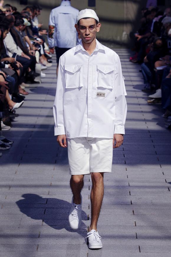 白のシャツジャケットは、 「Ark Air」とのコラボ