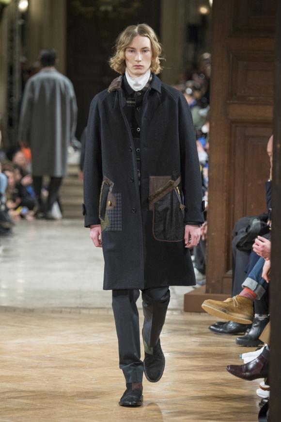 ロングコートのポケットの 周囲にも凝ったデザイン。
