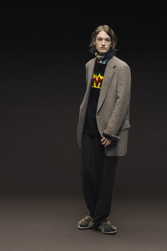 英国調柄のジャケットを、 オーバーサイズで着る。