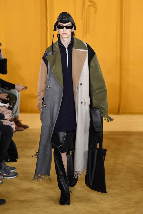 マフラーをつなげたような、 クラフト感のあるコート