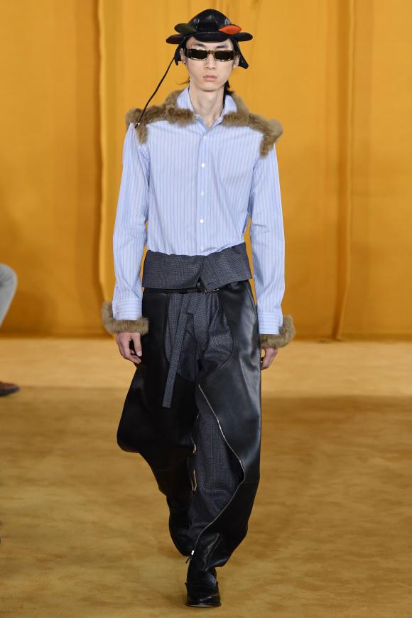 肩や袖口のファーで、 ドレスシャツを装飾。
