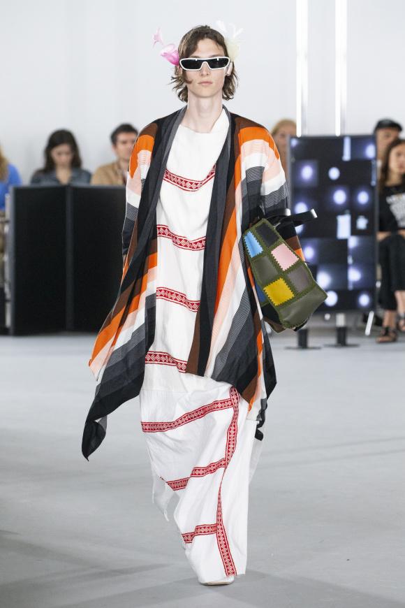民族調の服が、 コレクションの軸。
