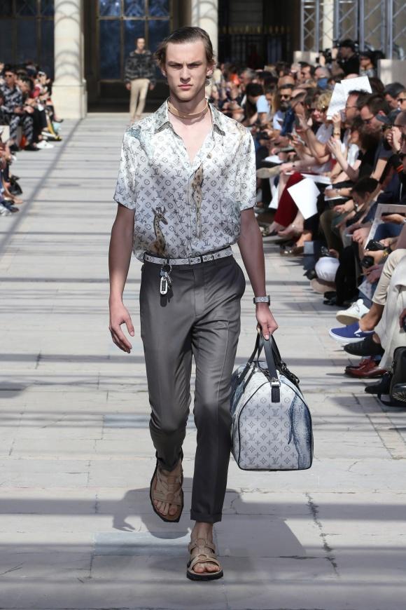 バッグにもシャツにも、 動物図案のプリントが。