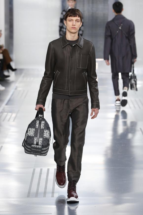 ロープ柄をプラスしたバッグ、「ダミエグラフィット」に注目。