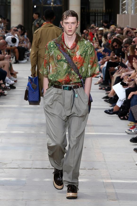 アロハシャツとドレスパンツの ルーズなハイブリッドミックス