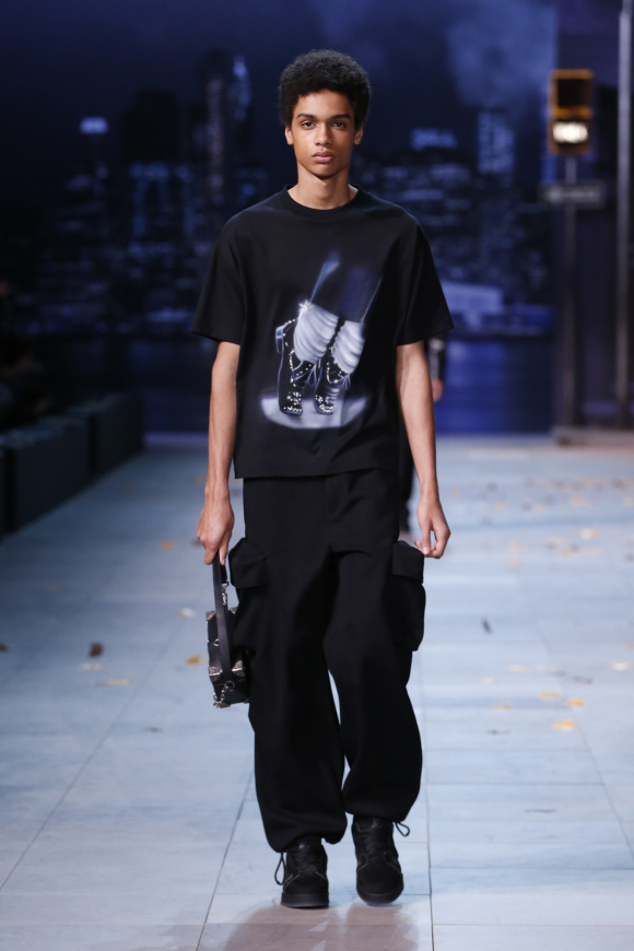 Tシャツのプリント図案は マイケル・ジャクソンの足元。