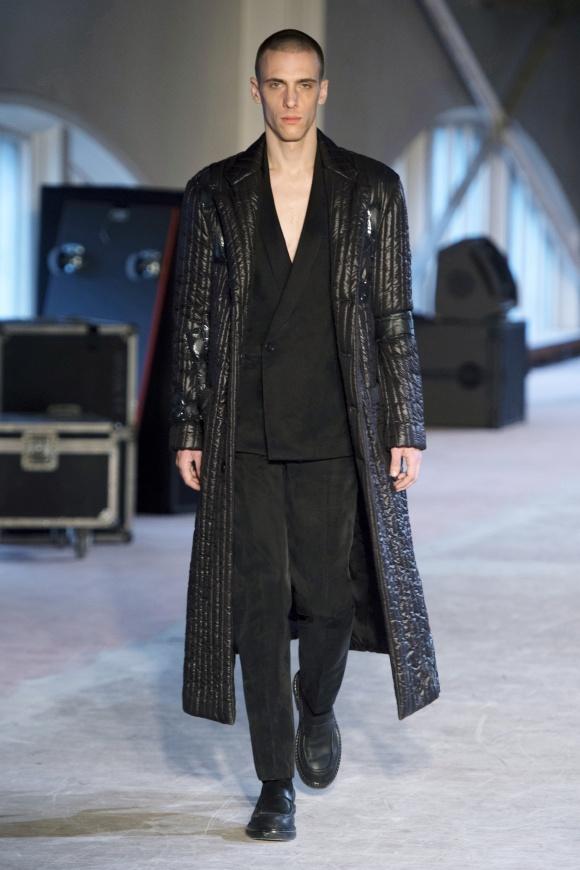 流行のマキシ丈コートも、 ひと味違うキルティング仕立て。