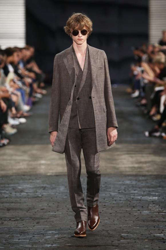 コート、ジャケット、パンツの 同素材レイヤード。