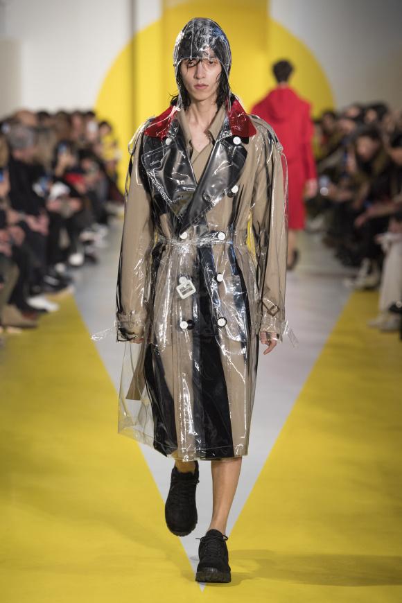 透明素材のコートを、 コートの上に重ね着する。