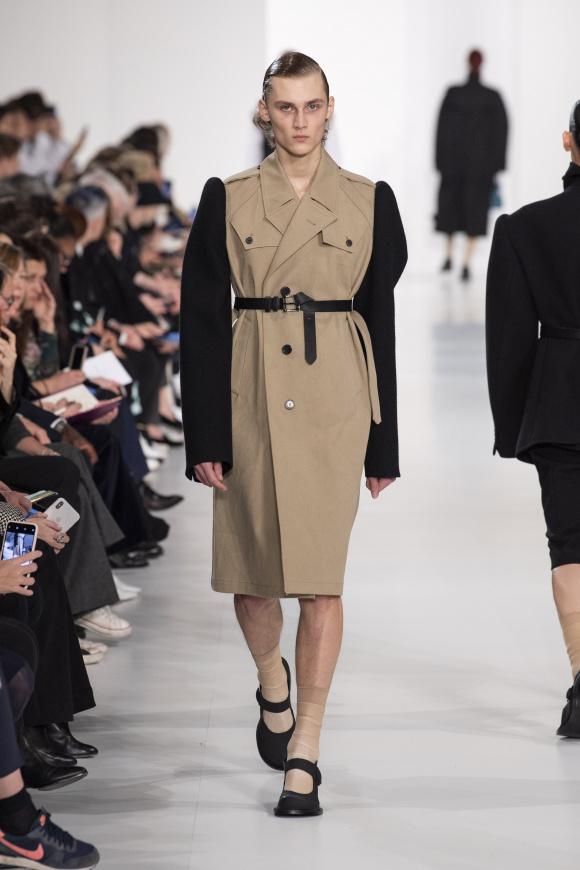 袖が切り替えされた、 アンコンシャスな美のコート