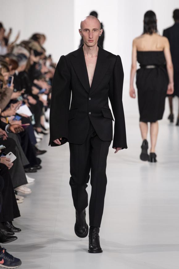袖幅が極度に広い、 スリムボディのジャケット
