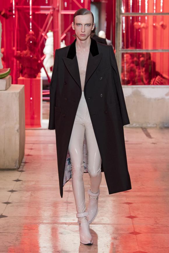 ドレッシーなコートと、 ラバーパンツの組み合わせ。