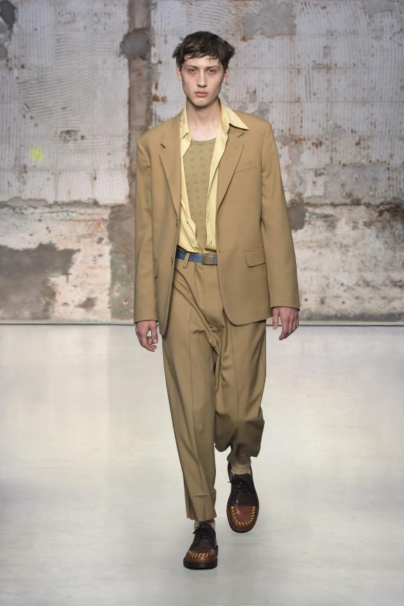太くルーズなパンツの 着崩しスーツスタイル