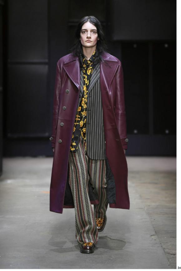 ボルドーのレザーコートは、 1970年代調のスタイル