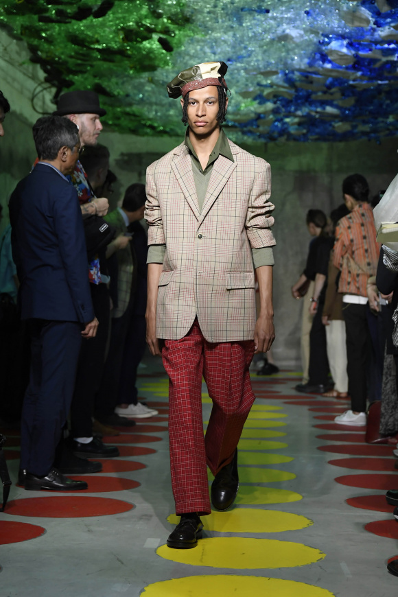 テーラードジャケットの 着丈は長くルーズ