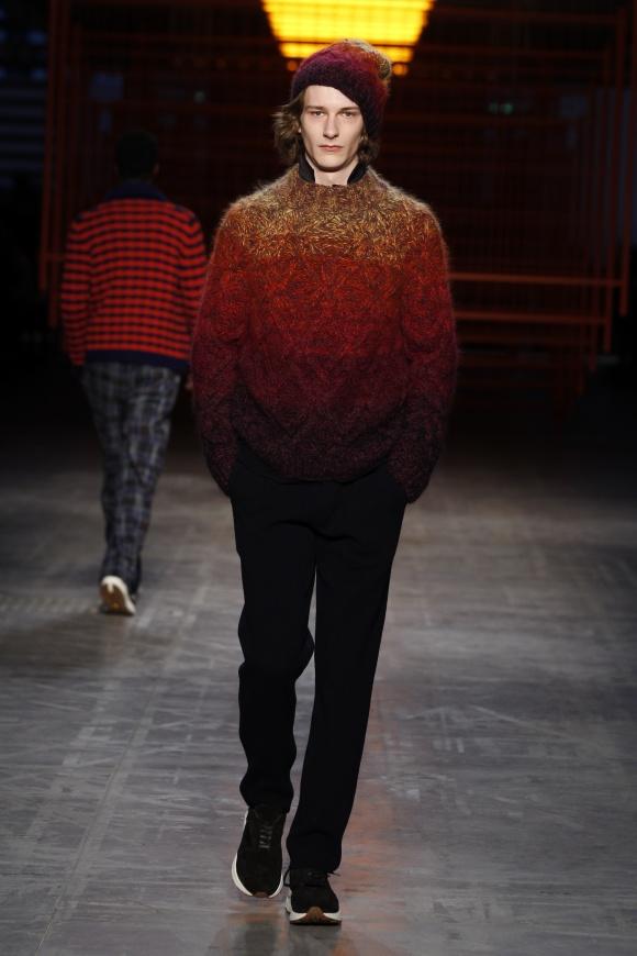 日本の紅葉を思わせる、 グラデーションのセーター。