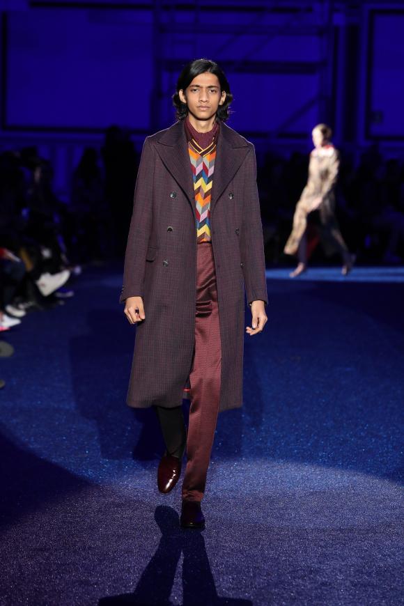 コートは襟幅が広く、 細身な70年代調スタイル
