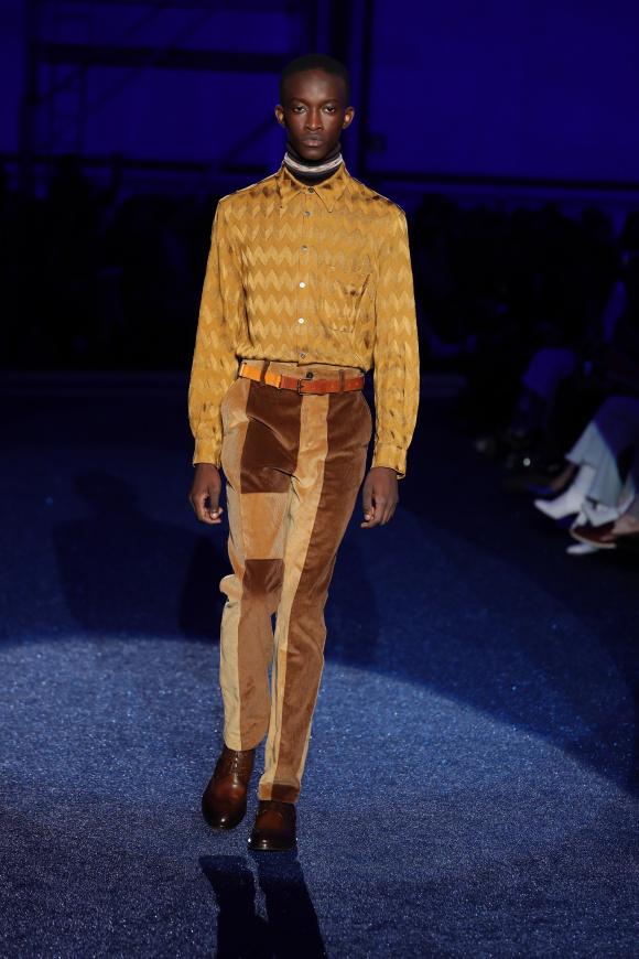 色も柄も70年代を彷彿させる、 流行のレトロシックな装い。