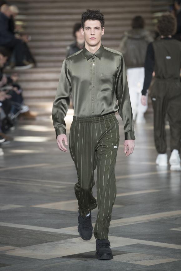 光沢シャツとイージーパンツの シックな同系色コーディネート