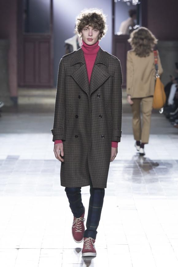 コートもパンツも、 英国の伝統的な柄。