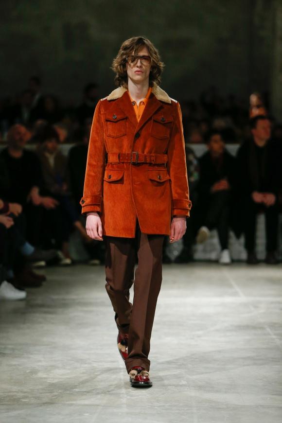 70年代風のボア襟付きコートも、 コーデュロイ素材を使って。