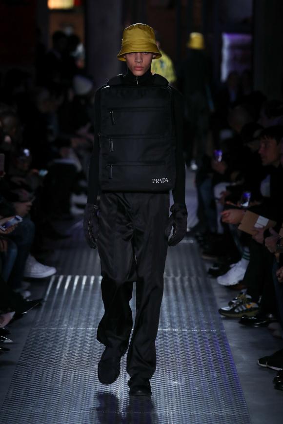 フロントバッグは、 レム・コールハースのデザイン
