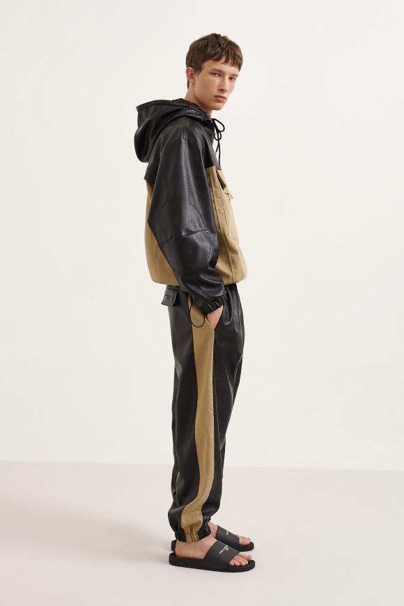 本革に見える服も、 実はエコレザーを使用。