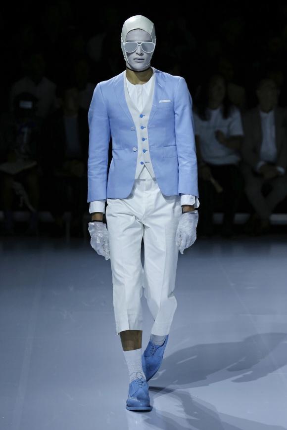 セットアップに見えるが、実はすべて繋がった一着の服。