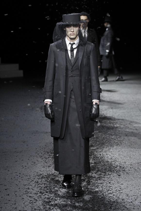 スカートもマスキュリンに 感じる、圧巻の黒の力。