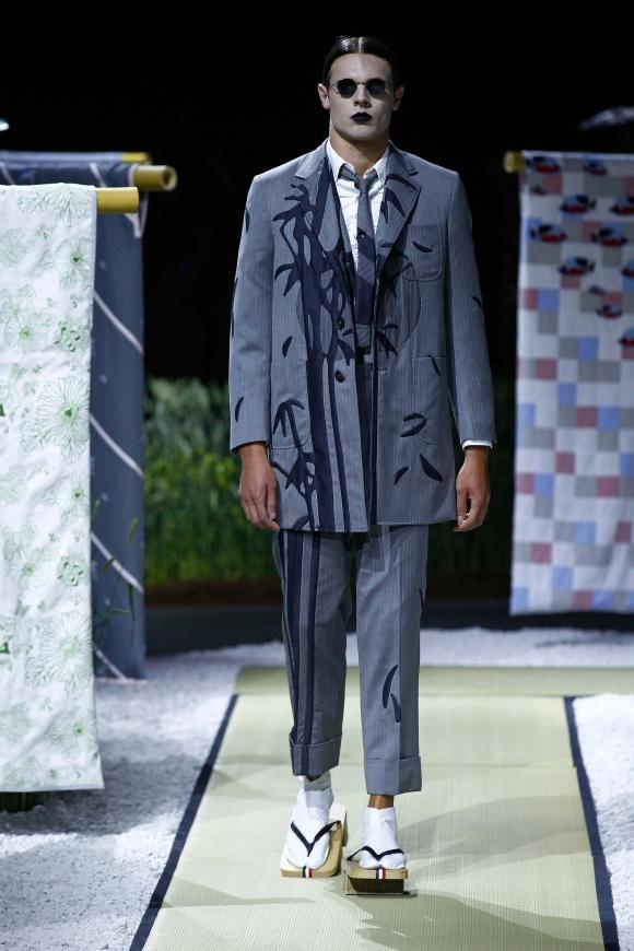 美しい竹林の刺繍で、 定番的なスーツを彩る。