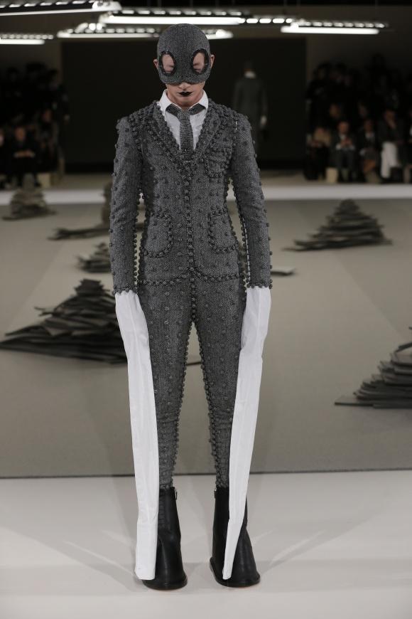 服の各部位をボタンでつないだ、 アートピースなボディスーツ。