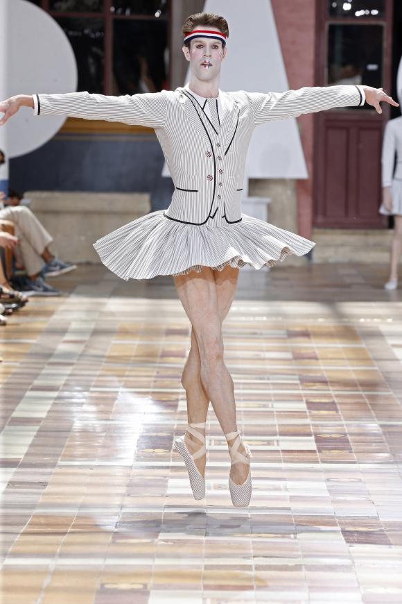一流バレエダンサーが、 ショー冒頭に登場。