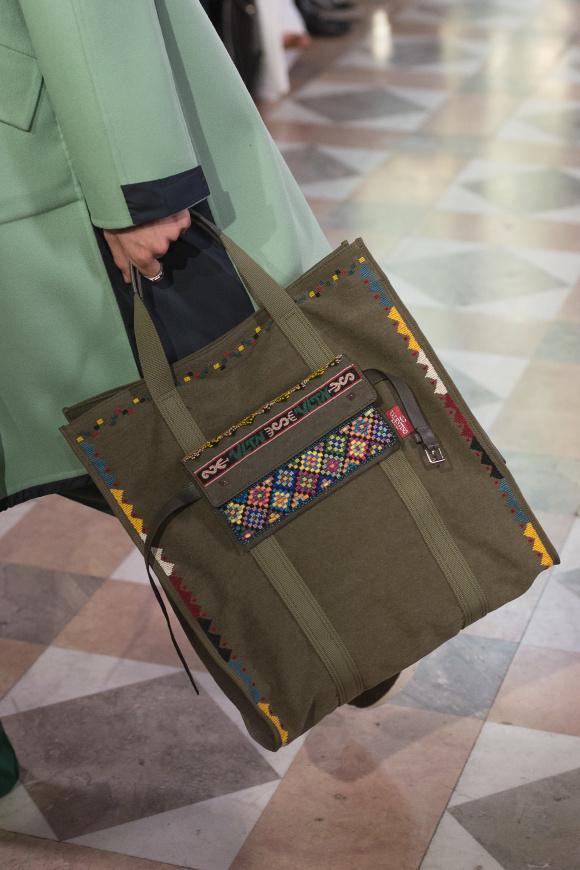 中南米調の刺しゅうは、 バッグなどの小物にも。