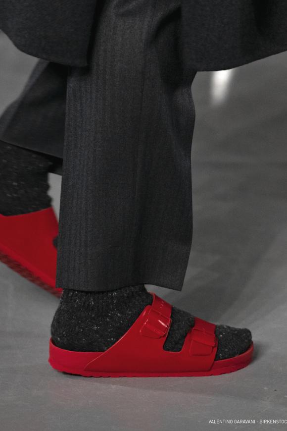 真っ赤なサンダルは、 ビルケンシュトック製。