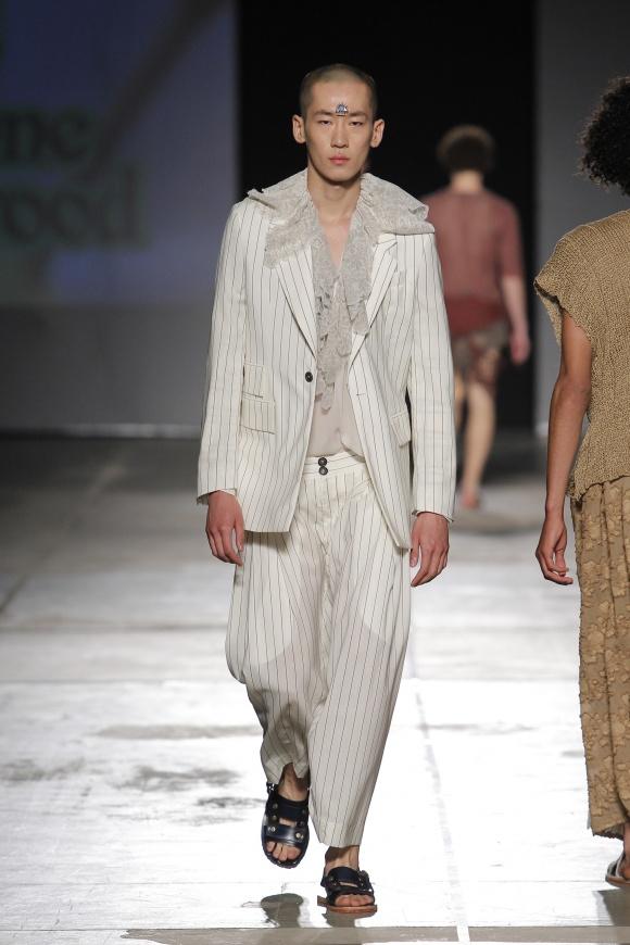マスキュリンな白スーツも、 インナーはフェミニン。