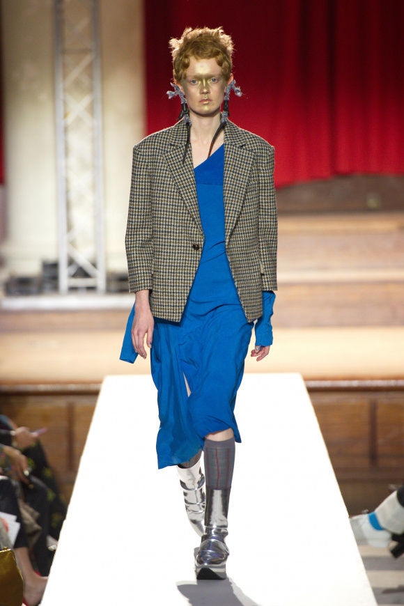 イギリス伝統柄のジャケットと、 ワンピースのミックスコーデ