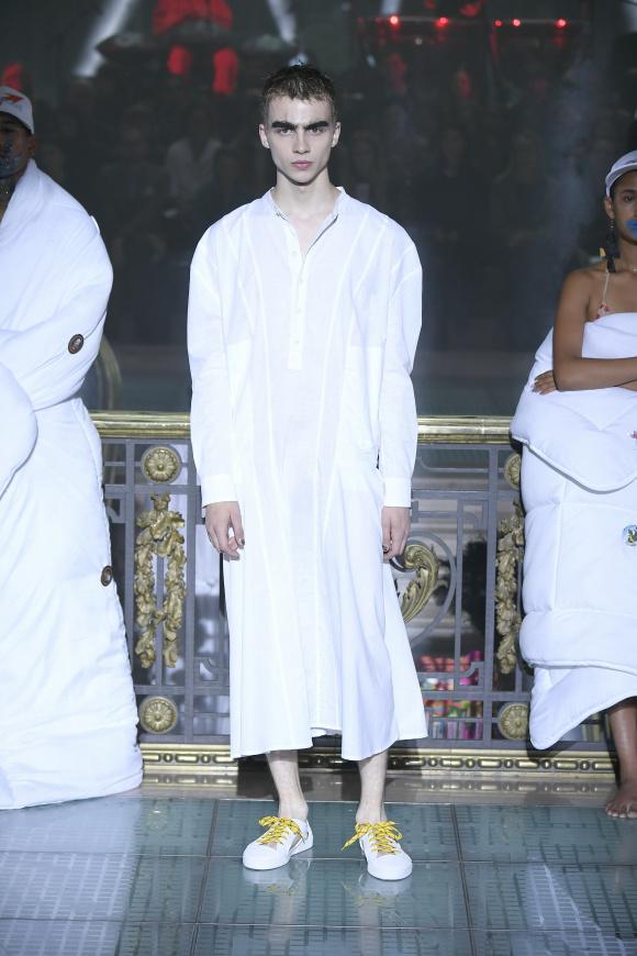 白いシャツワンピース、 これを着るのもやはり男性。