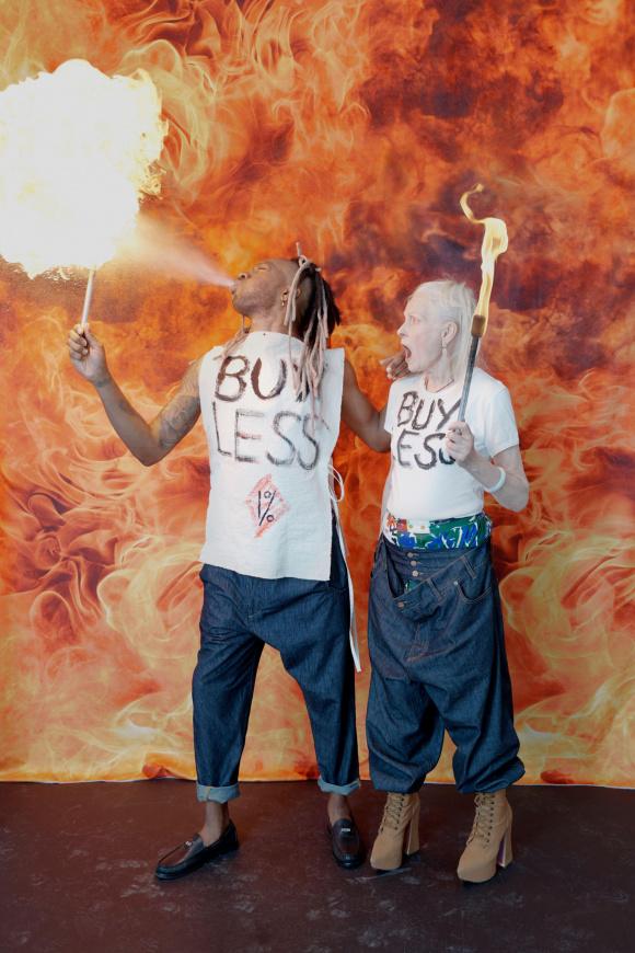 「BUY LESS」と書かれた、 メッセージウエア