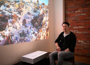 超短焦点プロジェクターが描き出す壮大なる映像美に、 映像も手がける写真家、桐島ローランドが抱く想いとは。