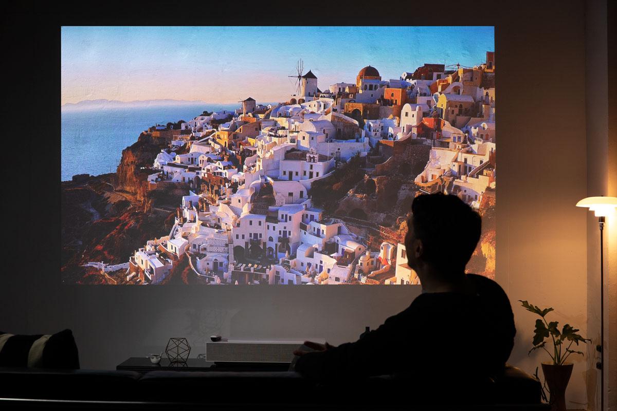 リビングを映画館へと変える、超短焦点プロジェクター