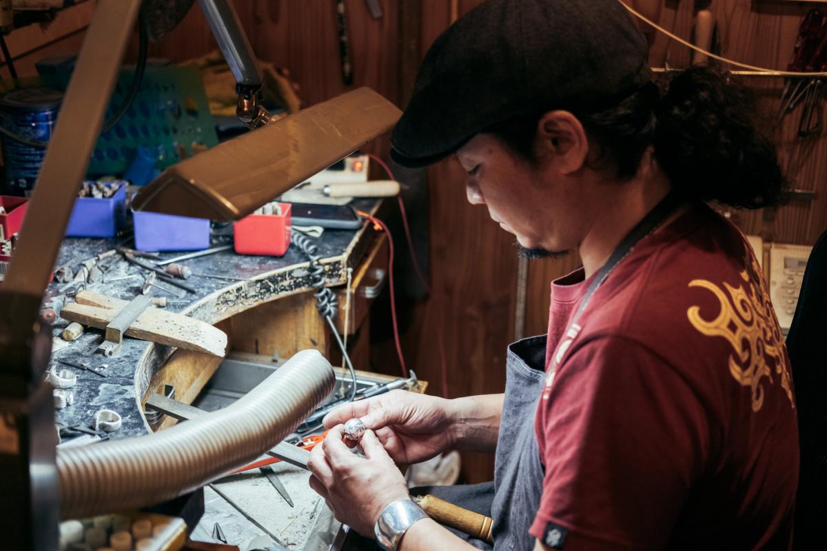 アイヌの刀下げ帯・エムシアツを原型に、ブレスレットを手がける。