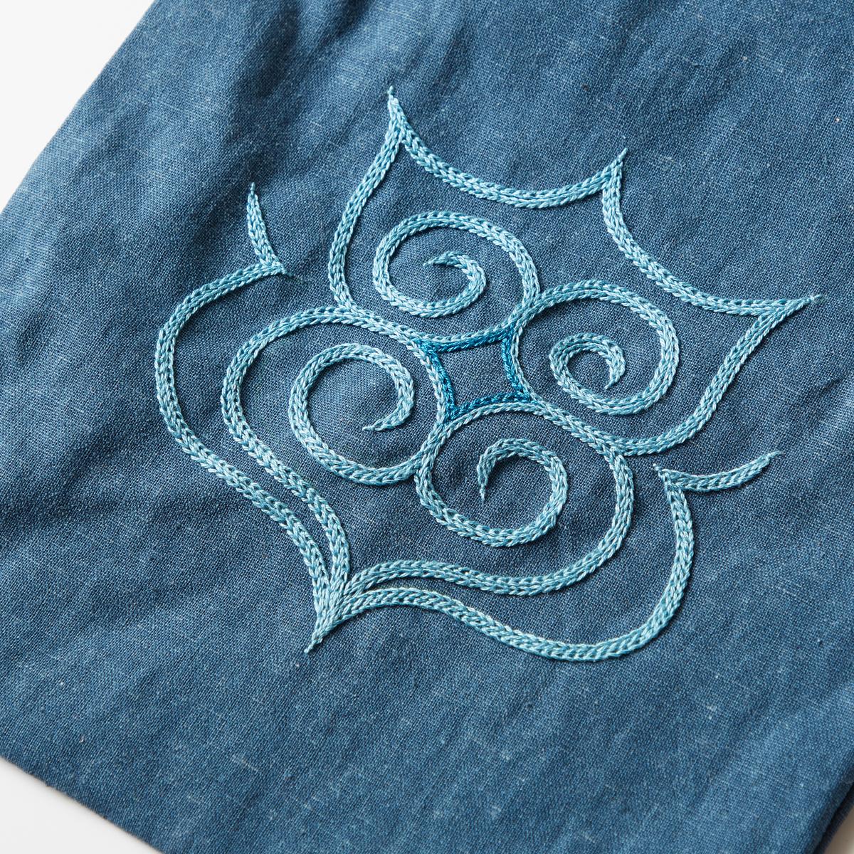 身を守る魔除けの刺繍を、現代的なアイテムで。
