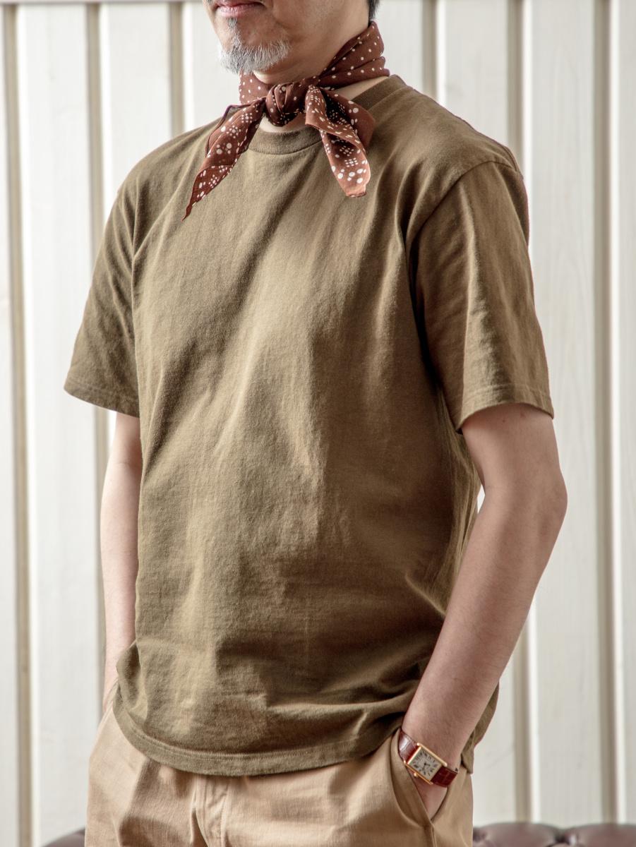 シンプルなTシャツを、トラウザーズでドレスアップ